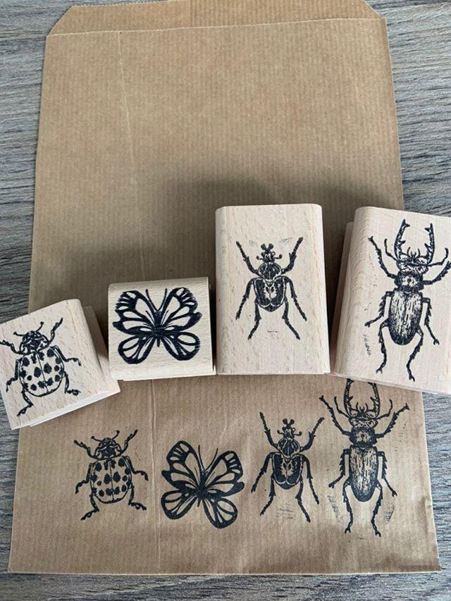 4 stempels met insecten gedrukt op bruin craftpapier